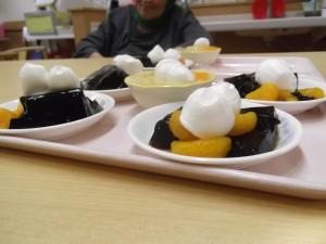 福祉館恵海珊瑚ユニットにて誕生会を行い、寒天ケーキを食べられました。