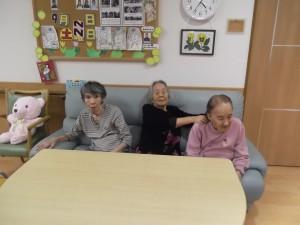 『福祉館恵海:うみかぜ:海ほたるユニットにて』仲良くソファに座られています。