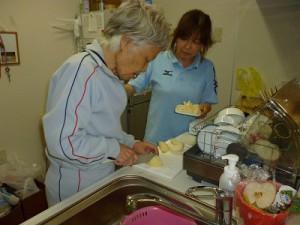 【福祉館恵海:かがやき:グループホームにて】なしを切ってくださってます。