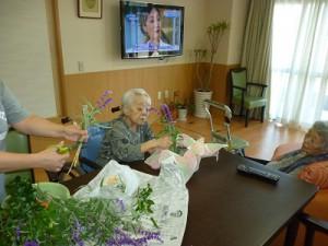 【福祉館恵海:かがやき:グループホームにて】生け花に夢中です。