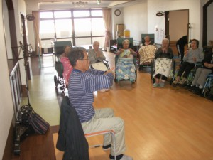 【福祉館恵海:うみかぜ:フロアにて】マンドリン演奏来てくださいました。