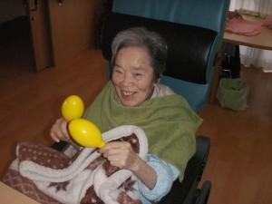 【福祉館恵海:うみかぜ:渚ユニット】マラカスで、手、手首を動かす運動!