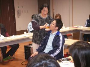 ■全体会にて、介護技術研修を行っております。